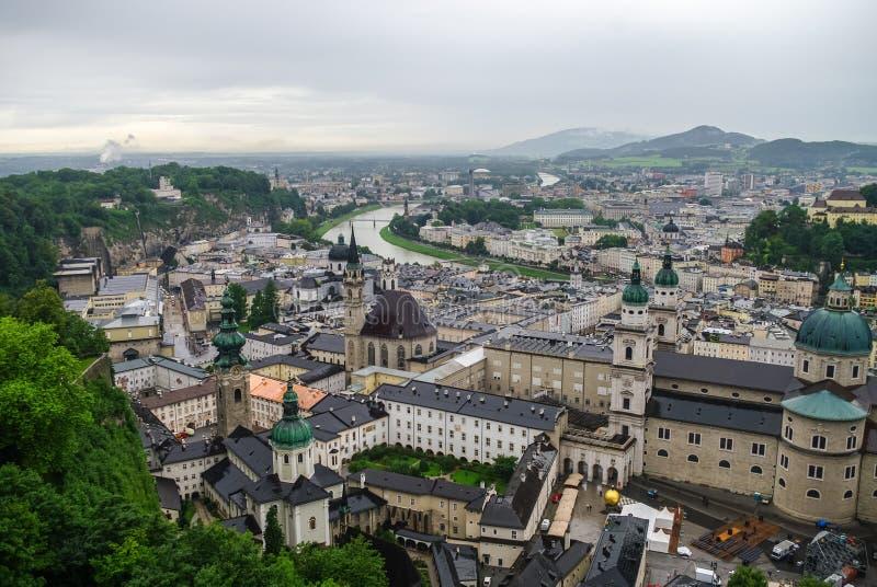 Vista aerea della città storica di Salisburgo a nebbia ed a w nuvoloso fotografie stock libere da diritti