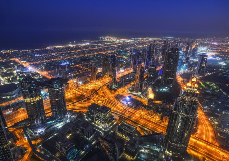 Vista aerea della citt? del Dubai alla notte fotografia stock libera da diritti