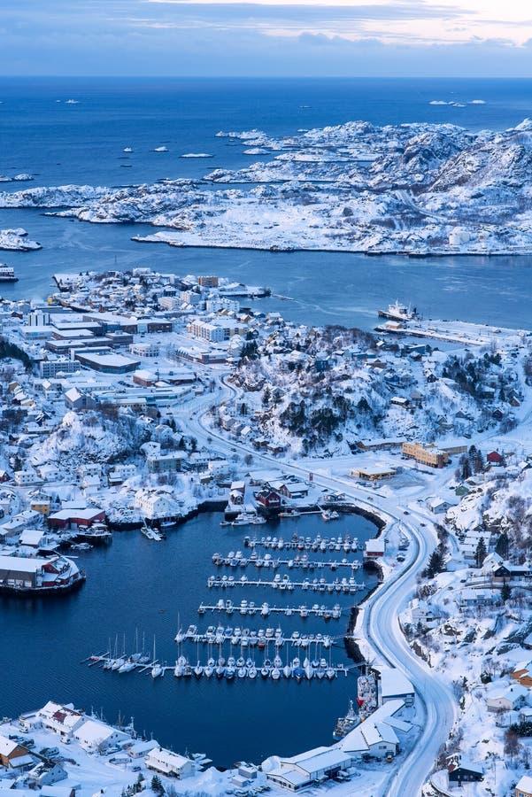 Vista aerea della citt? di Svolvaer il piccolo porto di norvegese nella stagione invernale, Norvegia fotografia stock