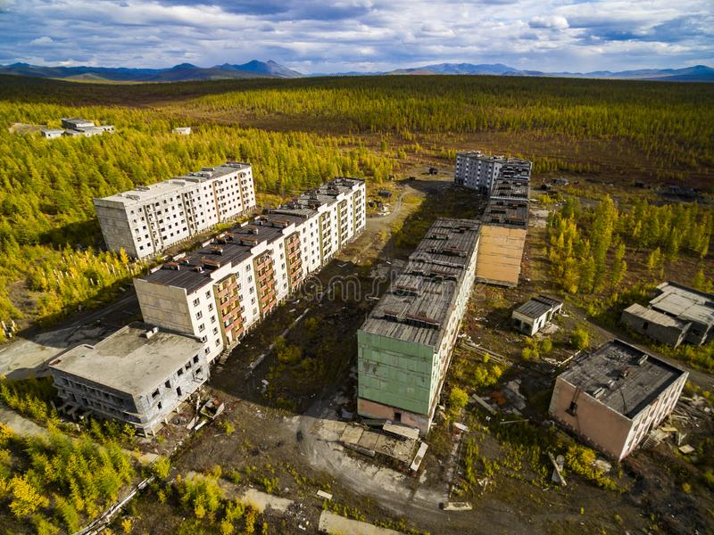 Vista aerea della citt? fantasma Kadykchan, Kolyma, regione di Magadan immagine stock