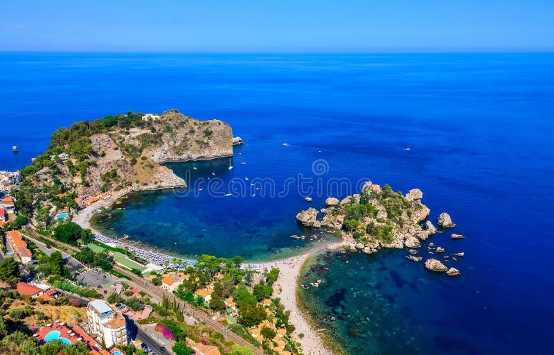 Vista aerea della costa della spiaggia di Isola Bella in Taormina, Sicilia fotografia stock libera da diritti