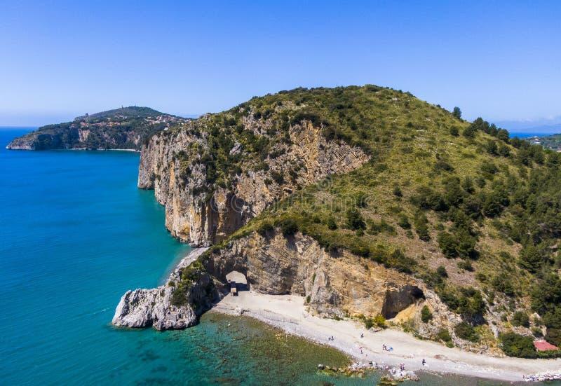 Vista aerea della costa di Palinuro e dell'arco naturale, Italia fotografie stock