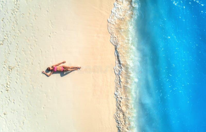 Vista aerea della donna sulla spiaggia sabbiosa fotografia stock libera da diritti