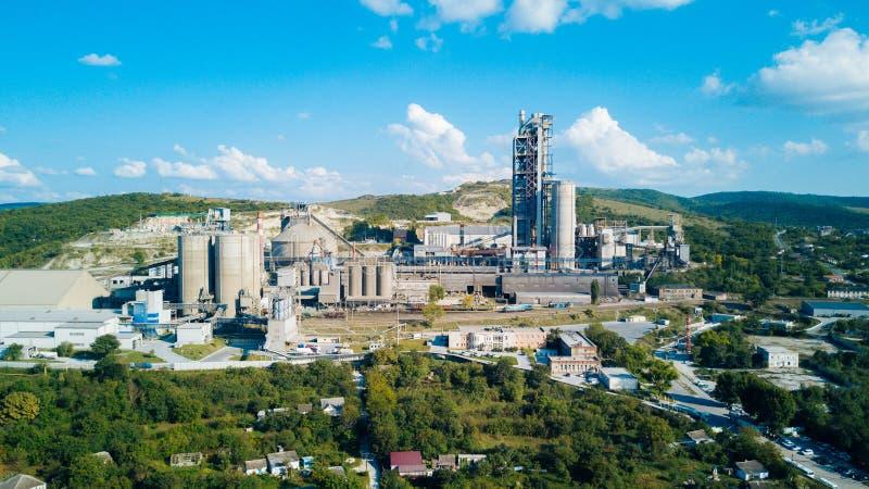 Vista aerea della fabbrica del cemento Concetto delle costruzioni alla fabbrica, tubi d'acciaio, giganti fotografia stock