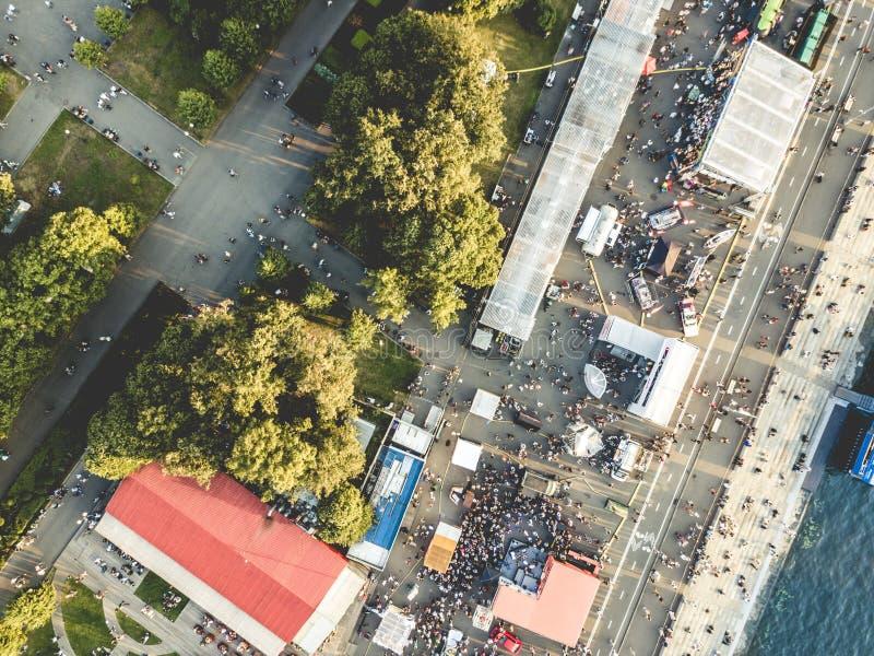 Vista aerea della folla della gente sul festival di estate fotografia stock libera da diritti