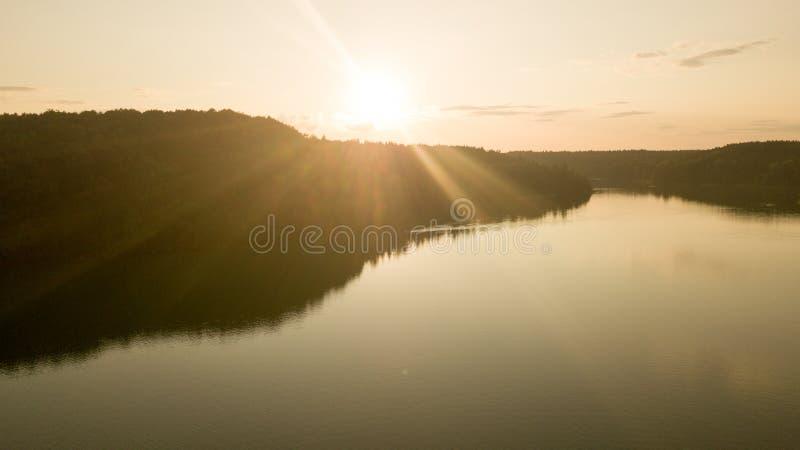 Vista aerea della foresta e del lago durante il tramonto di estate immagini stock