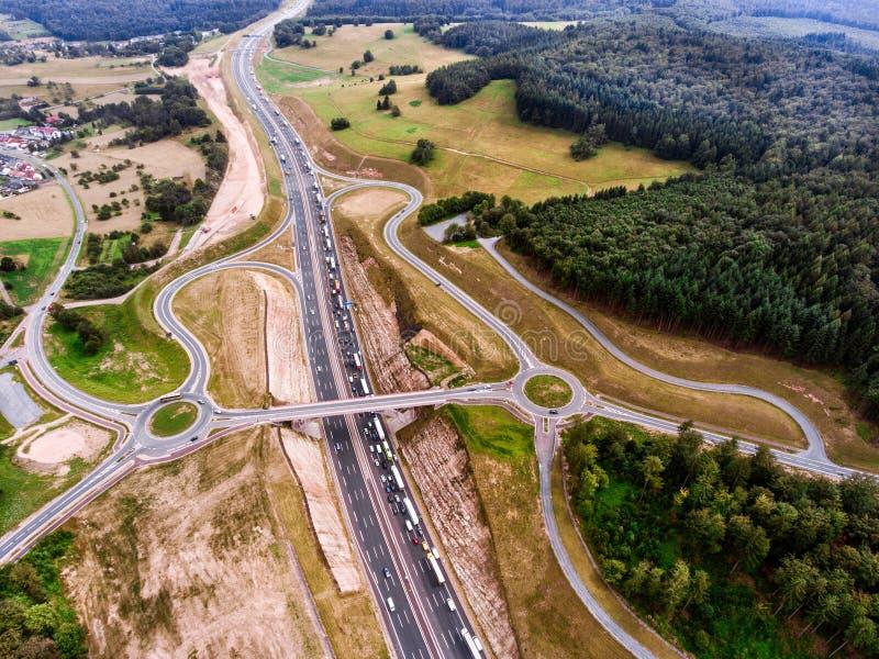 Vista aerea della giunzione della strada principale, foresta verde, Paesi Bassi fotografia stock libera da diritti