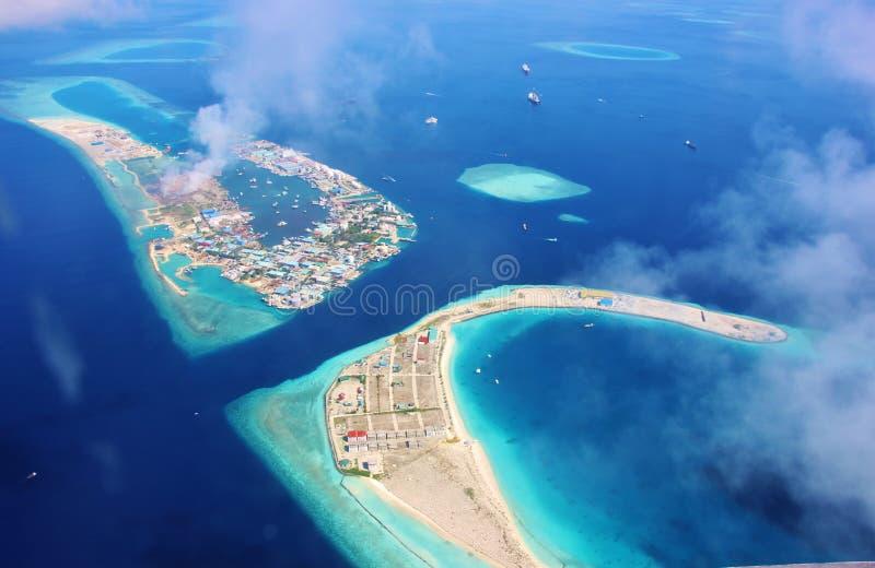 Vista aerea della laguna dell'isola dell'aeroporto di ` maschio in Maldive fotografie stock