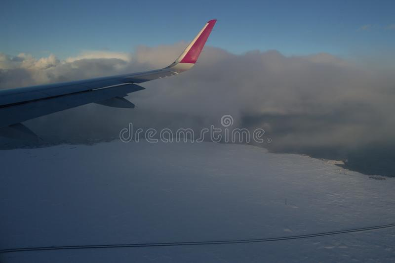 Vista aerea della linea costiera dell'Islanda con l'ala e la strada vedute dall'aereo in volo fotografia stock