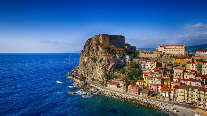 Vista aerea della linea costiera di Scilla in Calabria, Italia immagini stock libere da diritti