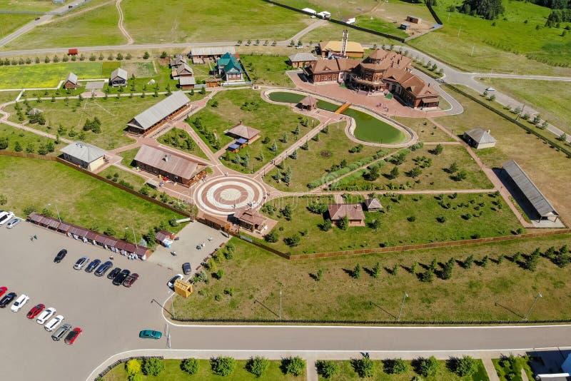 Vista aerea della moschea bianca Vista superiore del lago e della foresta della moschea fotografia stock libera da diritti