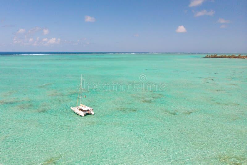 Vista aerea della navigazione del crogiolo di catamarano nella laguna del turchese della laguna aus. dell'isola di Ile Cerfs in M immagini stock libere da diritti