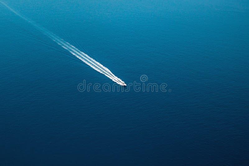 Vista aerea della piccola barca che entra nel mar Mediterraneo, concetto di viaggio immagine stock libera da diritti