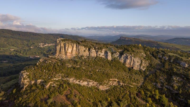 Vista aerea della roccia di Solutre in Borgogna ad alba, Francia fotografia stock libera da diritti