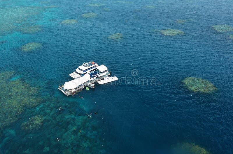 Vista aerea della scogliera con la piattaforma e le barche di immersione subacquea marine al fotografia stock libera da diritti