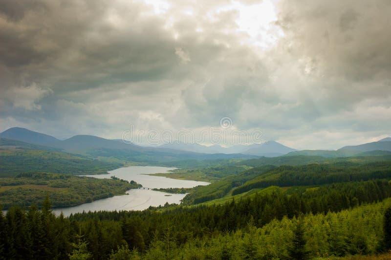Vista aerea della Scozia, altopiani, con il cielo nuvoloso drammatico fotografia stock