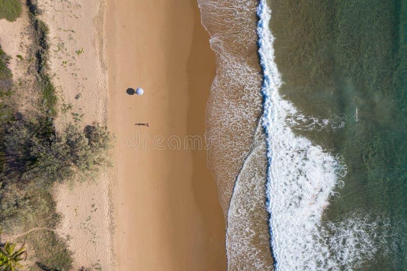 Vista aerea della spiaggia degli ombrelli, delle onde, dell'oceano dei blu e delle vibrazioni di rilassamento immagine stock