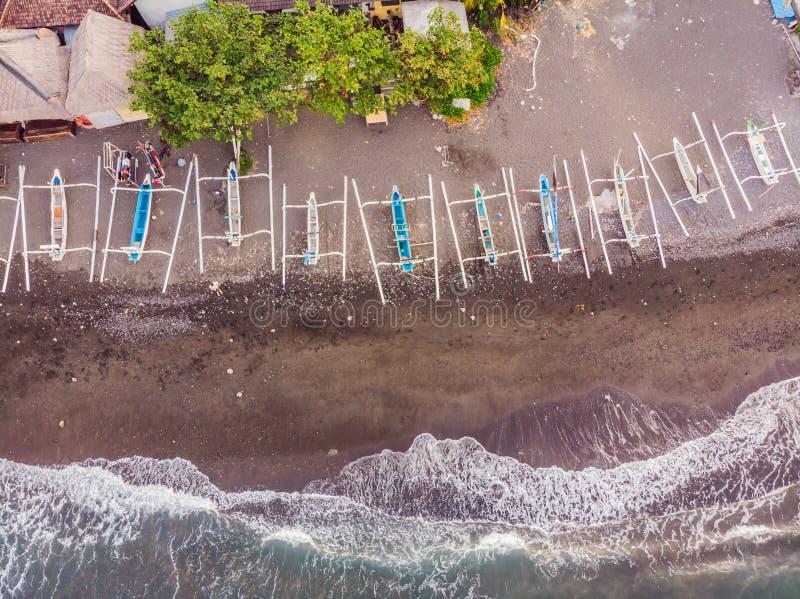 Vista aerea della spiaggia di Amed in Bali, Indonesia I pescherecci tradizionali hanno chiamato il jukung sulla spiaggia di sabbi fotografia stock