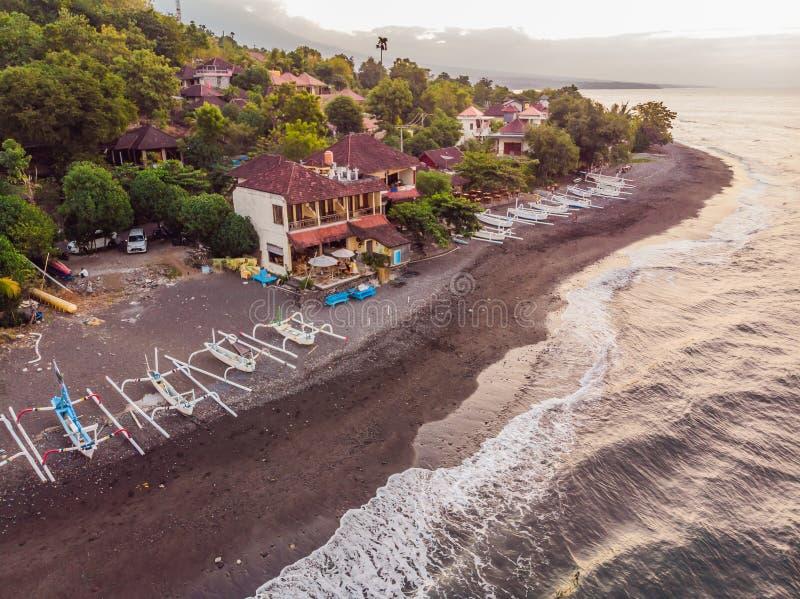 Vista aerea della spiaggia di Amed in Bali, Indonesia I pescherecci tradizionali hanno chiamato il jukung sulla spiaggia di sabbi fotografie stock