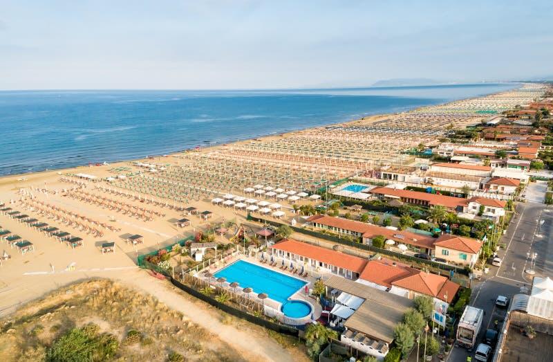 Vista aerea della spiaggia di Marina di Pietrasanta nel mattino in anticipo immagini stock