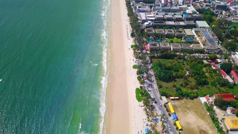 Vista aerea della spiaggia di Patong, isola di Phuket e mare di estate e città urbana con cielo blu per il fondo di viaggio, ocea immagini stock libere da diritti