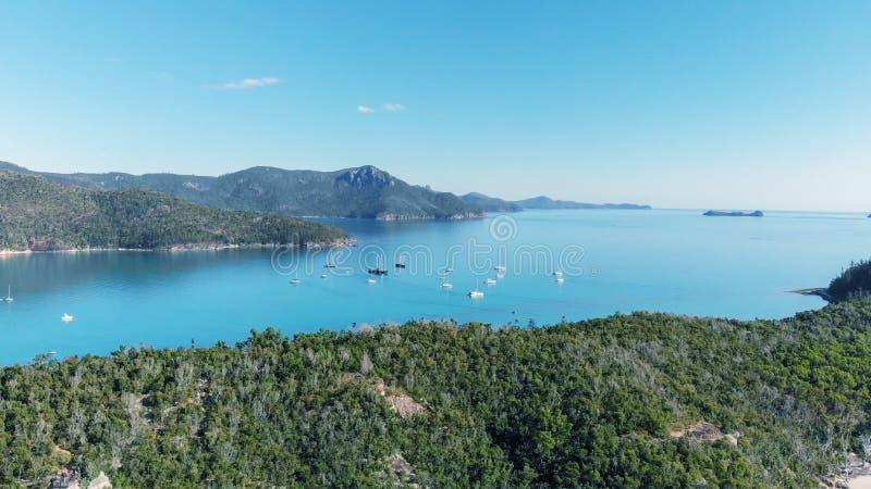Vista aerea della spiaggia di Whitehaven dall'entrata della collina su un morni soleggiato fotografie stock