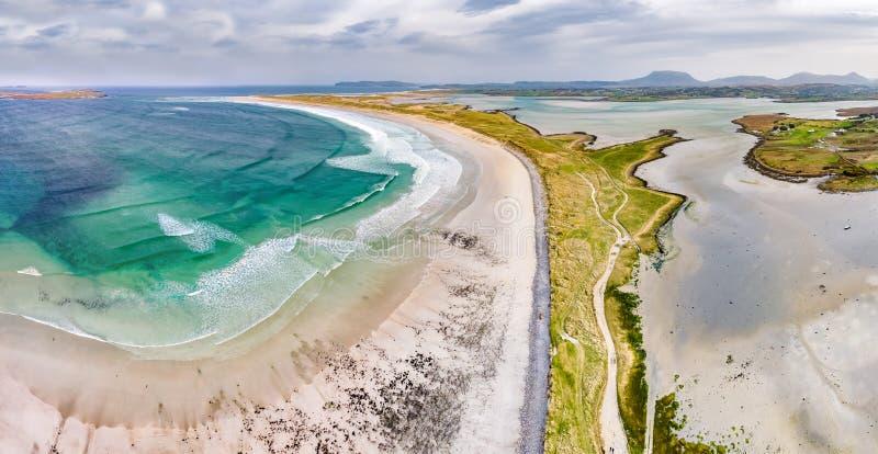 Vista aerea della spiaggia famosa di Magheraroarty - Machaire Rabhartaigh - sul modo atlantico selvaggio in contea il Donegal - immagine stock libera da diritti