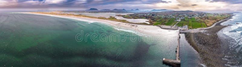 Vista aerea della spiaggia famosa di Magheraroarty - Machaire Rabhartaigh - sul modo atlantico selvaggio in contea il Donegal - immagini stock libere da diritti