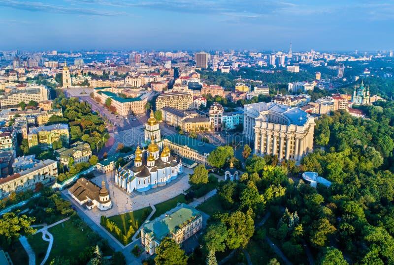 Vista aerea della st Michael Golden-Domed Monastery, ministero degli affari esteri e san Sophia Cathedral a Kiev fotografia stock libera da diritti
