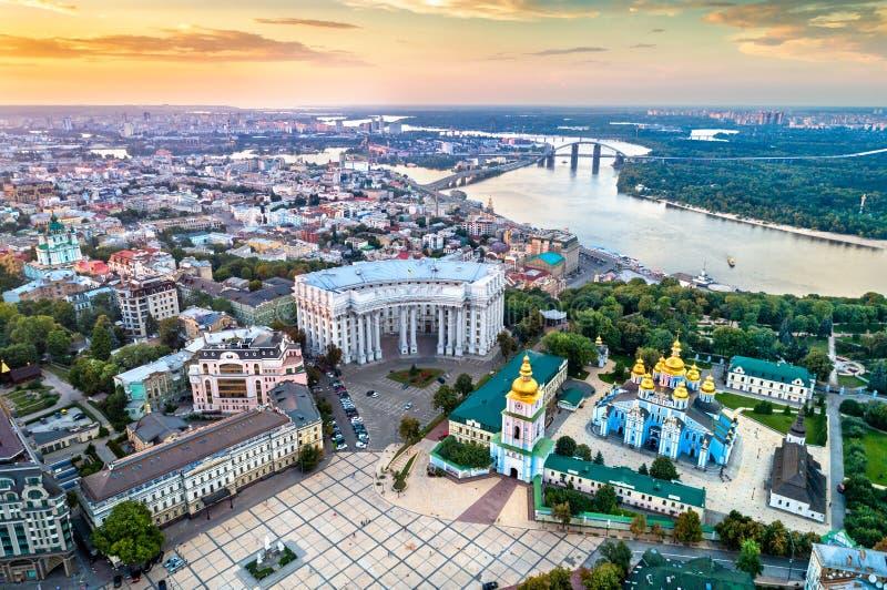 Vista aerea della st Michael Golden-Domed Monastery, ministero degli affari esteri ed il fiume di Dnieper a Kiev, Ucraina immagine stock libera da diritti