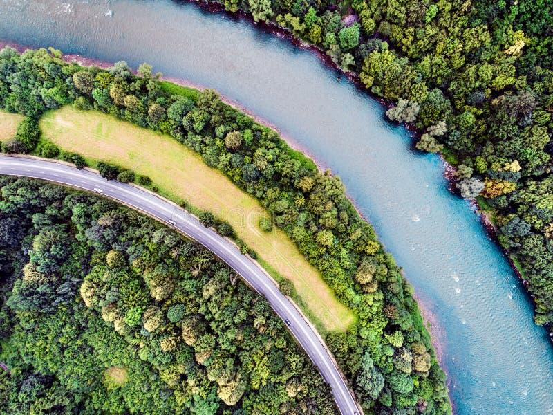 Vista aerea della strada principale, del fiume, della foresta e del pascolo fotografie stock libere da diritti