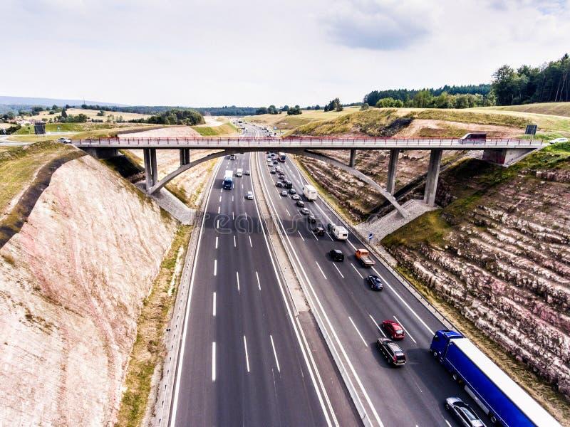 Vista aerea della strada principale, ingorgo stradale, foresta verde, Paesi Bassi immagini stock