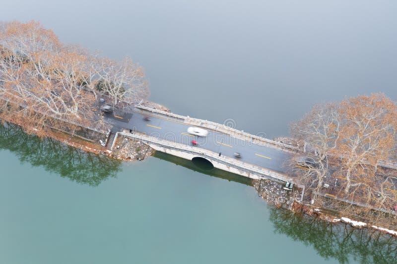 Vista aerea della strada sul lago immagine stock libera da diritti