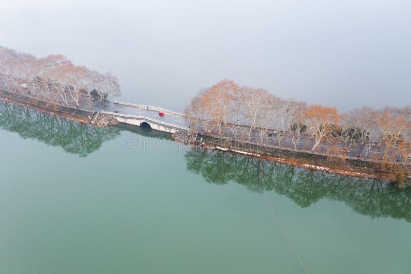 Vista aerea della strada sul lago immagine stock