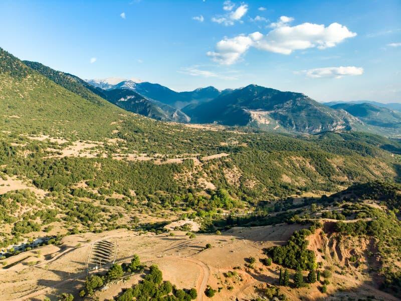 Vista aerea della strada tortuosa che serpeggia fra le montagne in Grecia ad ovest Una strada in pieno delle torsioni e dei giri  fotografia stock