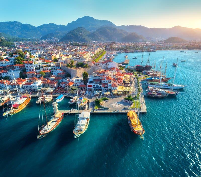 Vista aerea delle barche e bella architettura al tramonto immagini stock