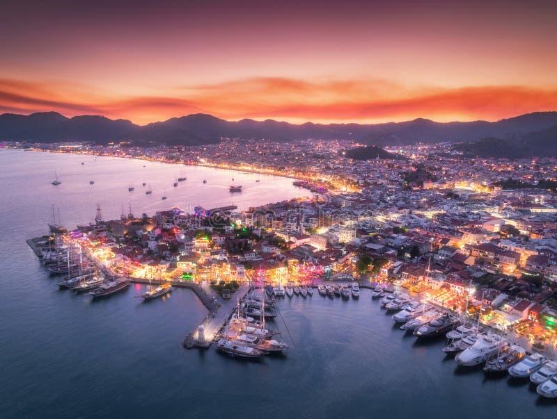 Vista aerea delle barche e di bella città alla notte in Marmaris immagine stock