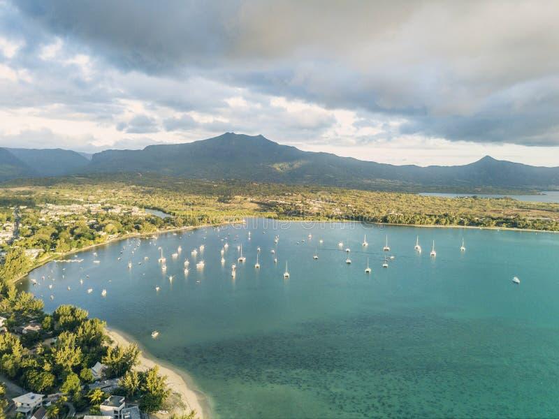 Vista aerea delle barche nella laguna nera del fiume, Mauritius fotografie stock