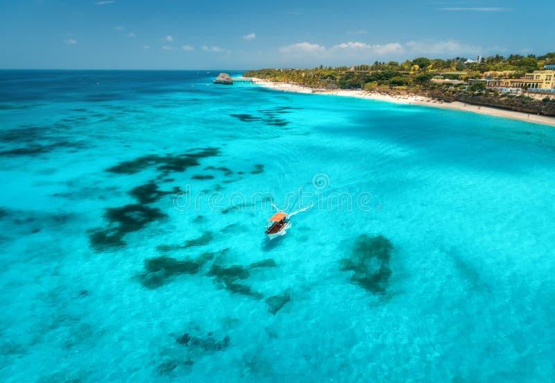 Vista aerea delle barche sulla costa di mare tropicale con la spiaggia sabbiosa fotografia stock
