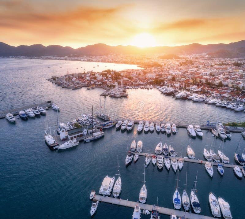 Vista aerea delle barche, yacht, città al tramonto in Marmaris fotografie stock