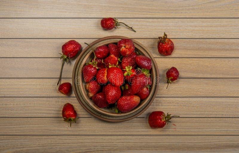 Vista aerea delle fragole fresche sulla tavola di legno fotografia stock libera da diritti