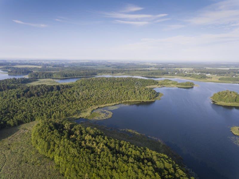 Vista aerea delle isole e delle nuvole verdi alla mattina soleggiata di estate immagine stock libera da diritti