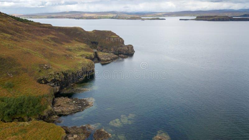 Vista aerea delle linee costiere spettacolari in Scozia fotografie stock