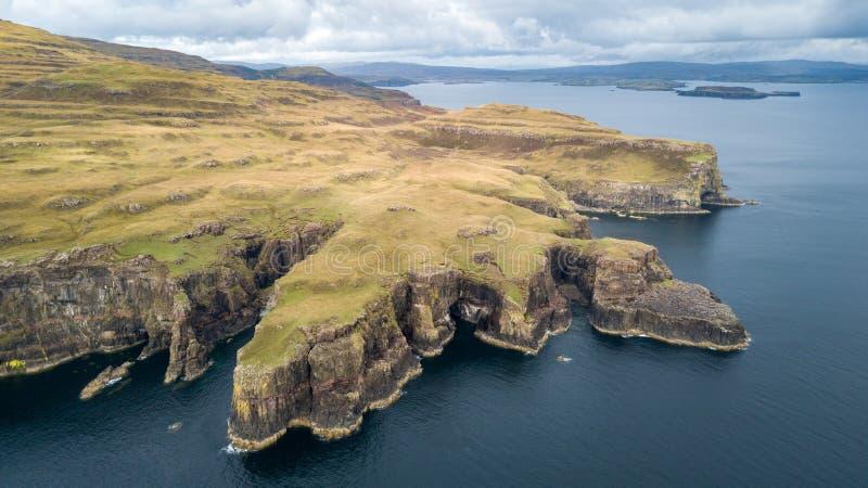 Vista aerea delle linee costiere spettacolari in Scozia immagini stock