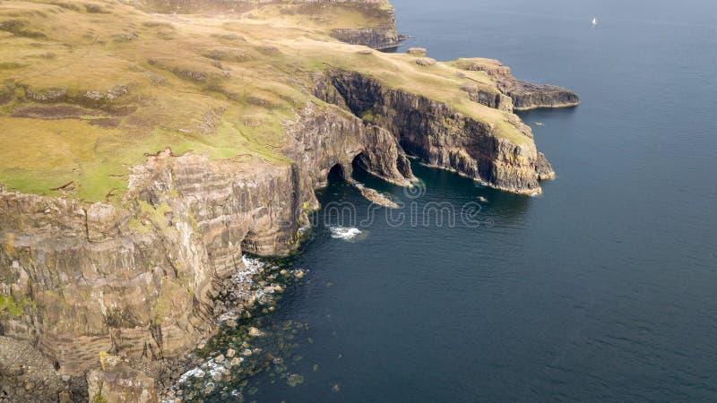Vista aerea delle linee costiere spettacolari in Scozia immagine stock libera da diritti