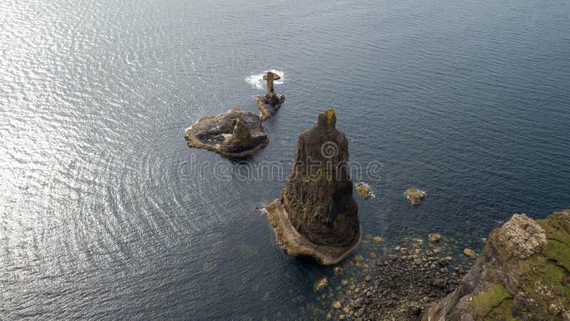 Vista aerea delle linee costiere spettacolari in Scozia fotografia stock
