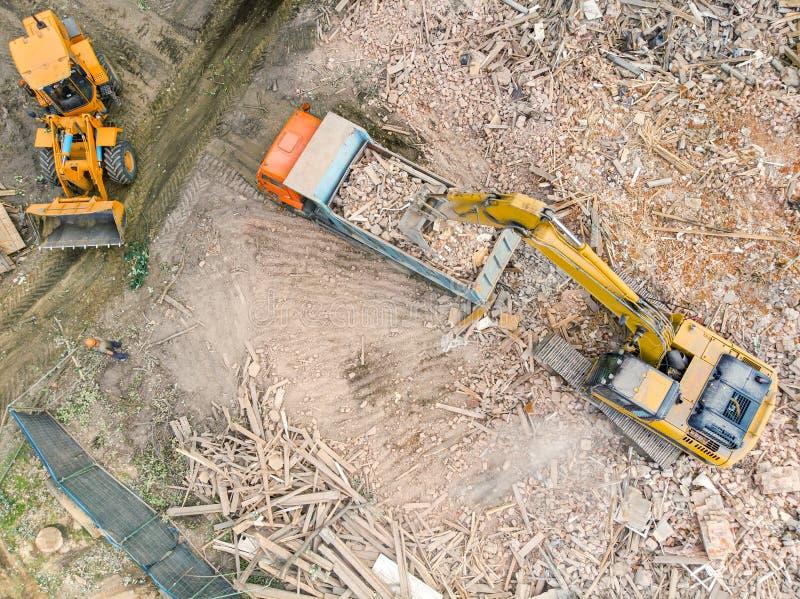 Vista aerea delle macchine industriali che funzionano al cantiere di demolizione immagini stock libere da diritti