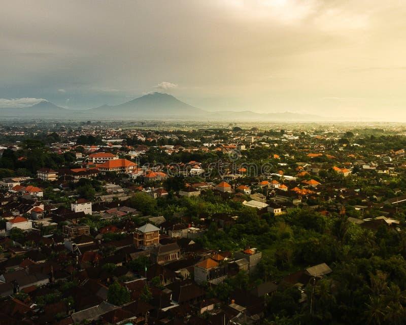 Vista aerea delle montagne in Bali dalla città di Denpasar immagini stock libere da diritti