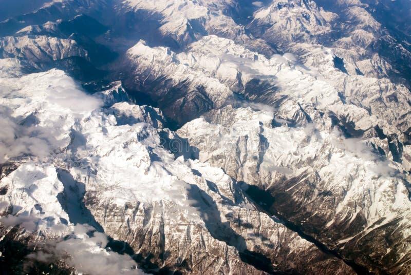Vista aerea delle montagne e delle nuvole fotografia stock