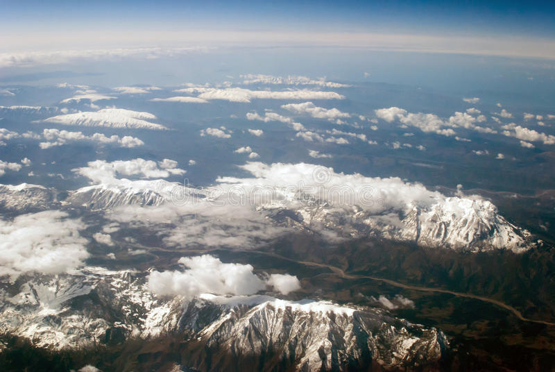 Vista aerea delle montagne e delle nuvole fotografie stock libere da diritti